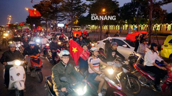 Đà Nẵng: Dòng người đổ ra đường ăn mừng chiến thắng của U23 Việt Nam