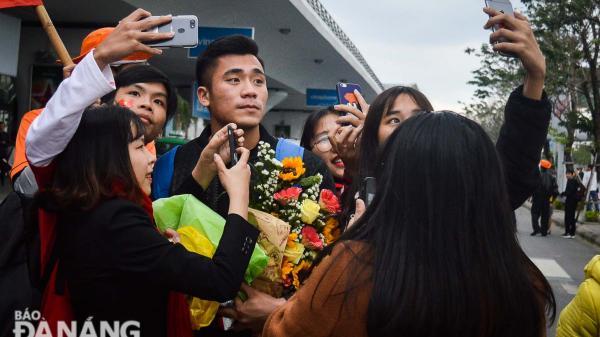 Người hâm mộ Đà Nẵng chào đón các tuyển thủ U23 trở về câu lạc bộ
