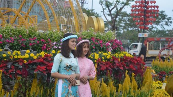 Đường hoa xuân Mậu Tuất Đà Nẵng thu hút du khách vãn cảnh, chụp ảnh