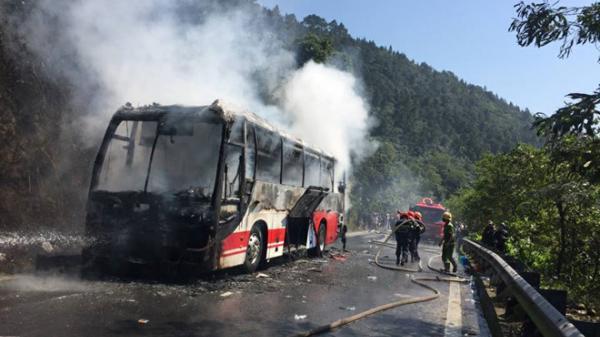 Ôtô chở khách nước ngoài cháy rụi trên đèo Hải Vân ngày 30 Tết