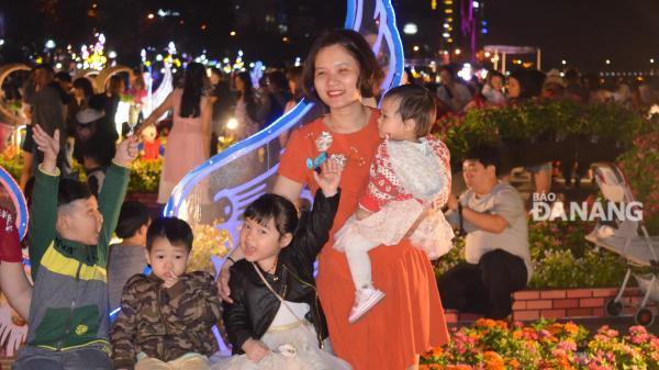 Người dân Đà Nẵng ra đường đón chờ khoảnh khắc giao thừa Tết Mậu Tuất 2018