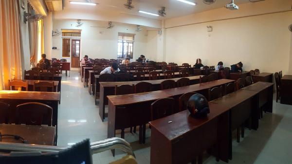Đà Nẵng: Thầy giáo lặng người khi lớp lèo tèo sinh viên ngày đầu năm
