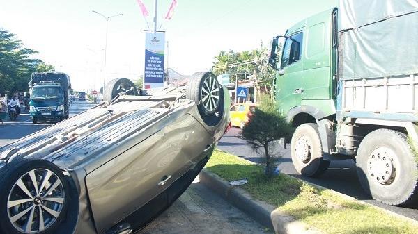 Quảng Nam: Xe hơi lật ngang giữa đường sau va chạm với xe tải