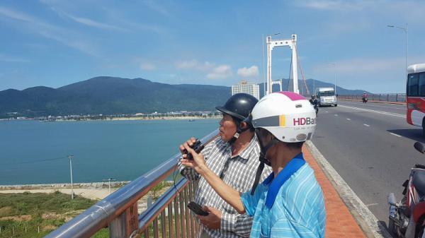"""Dân Đà Nẵng hào hứng đội nắng lên cầu """"soi"""" siêu tàu sân bay Mỹ"""
