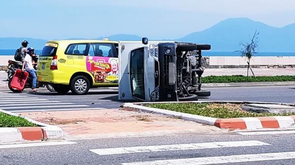 """Bị """"ninja"""" tạt đầu, xe tải thắng gấp lật nghiêng giữa đường phố Đà Nẵng"""