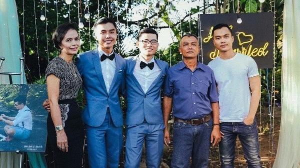 Đám cưới hạnh phúc của cặp đồng tính được gia đình ủng hộ hết mình