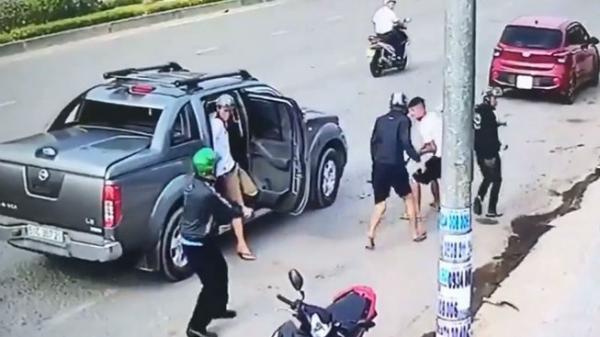 Hai băng giang hồ đi ô tô dùng súng bắn nhau kinh hoàng trên phố