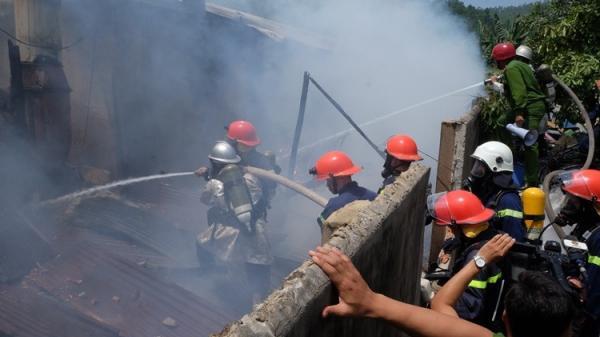 """Đà Nẵng: Nín thở giây phút cảnh sát phá tường rào, giải cứu xưởng gỗ """"khủng"""""""