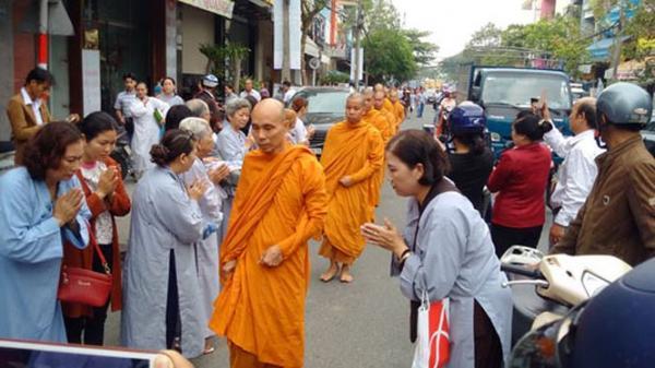 Ấn tượng hàng trăm hành giả phái Khất sĩ trên đường phố Đà Nẵng