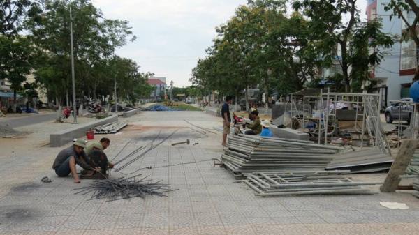 Đà Nẵng: Vỉa hè tuyến kênh Bắc Sơn biến thành bãi tập kết vật liệu xây dựng
