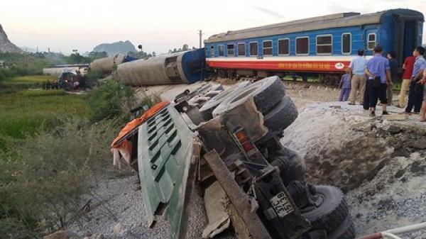 Tai nạn kinh hoàng: Tàu hỏa đâm xe tải, 8 toa bị lật, ít nhất 2 người chết