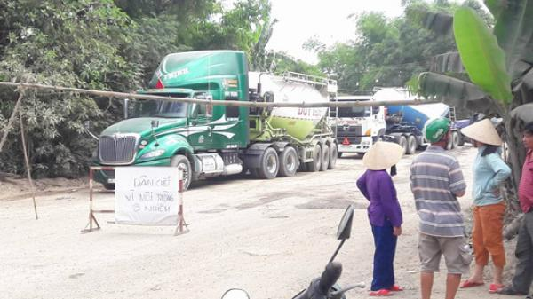 Đà Nẵng: Người dân dựng barie chặn hàng trăm xe tải chở đá gây ô nhiễm