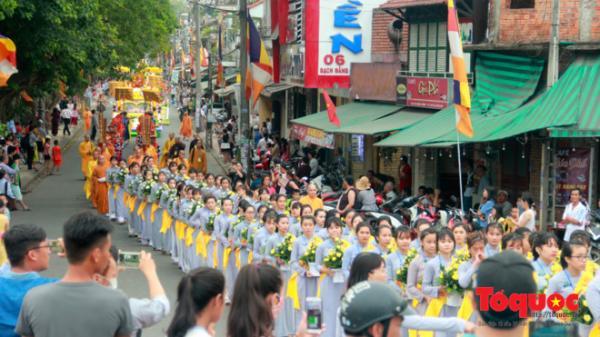 Người dân và du khách chen chân xem lễ Rước Phật tại Huế