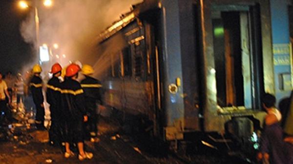 Tàu lửa từ Huế đi Nha Trang đang chạy bốc cháy ở đèo Cả hàng trăm khách hoảng loạn
