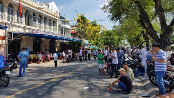 Dân Khánh Hòa than mệt mỏi khi đi đăng ký xe ô tô