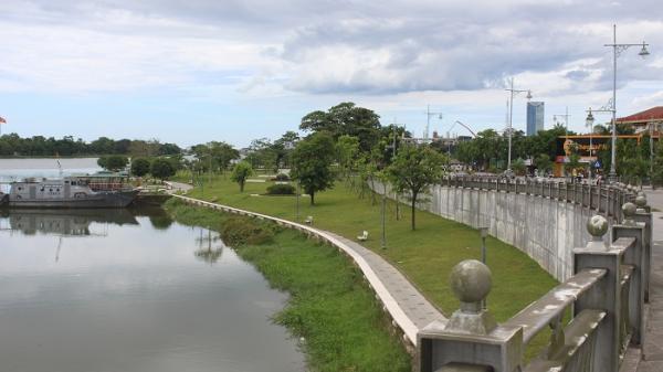 """Bao giờ TP Huế có """"điểm đỗ- đậu xe xanh"""" bên sông Hương?"""