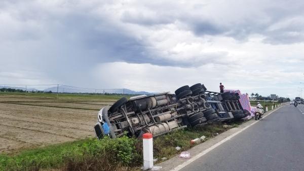 """Tài xế mất lái, xe container BKS Đà Nẵng """"chổng vó"""" dưới ruộng"""