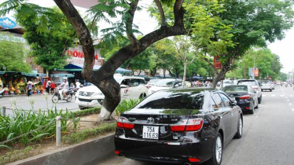 """Thừa Thiên Huế: Dân đậu xe trái luật trước chợ Đông Ba, CSGT """"phạt không xuể"""""""