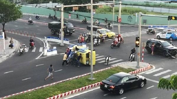 Chục người cứu tài xế taxi bị lật xe trong tai nạn giao thông giữa giao lộ ở Đà Nẵng
