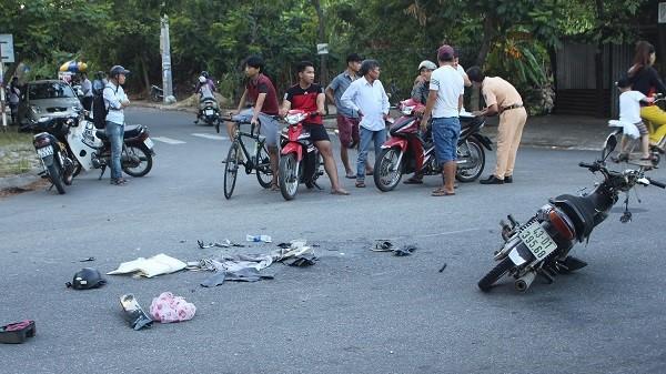Đà Nẵng: Một người nguy kịch, xe máy gãy đôi sau va chạm giao thông