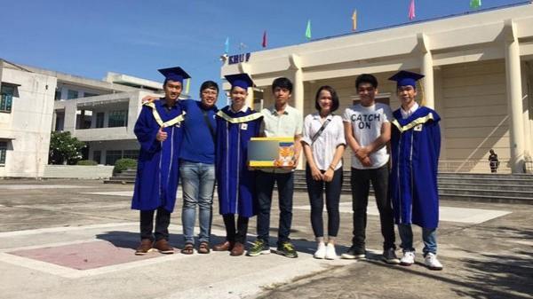 Ngày tốt nghiệp, hội bạn thân xuất hiện mang theo món quà khiến chủ nhân 'sáng nhất trường'