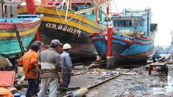 Lạnh người hình ảnh tàu cá nát bươm vì bị đâm chìm