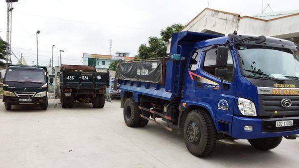 Bắt quả tang 3 xe tải đổ xà bần trộm