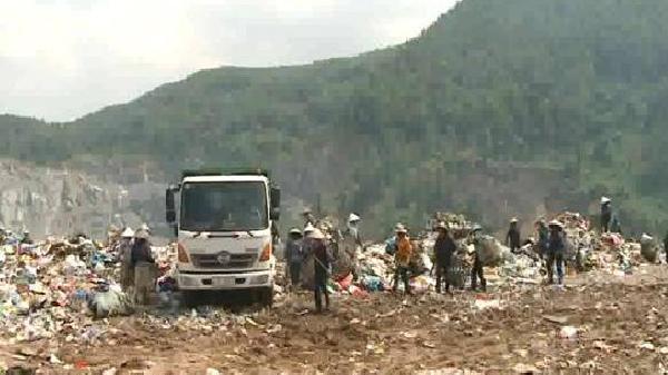 Phóng viên bị bảo vệ bãi rác hành hung, dọa giết và chôn sống