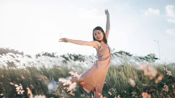 Giới trẻ Đà thành mê mẩn cánh đồng cỏ lau phủ trắng dưới chân núi Sơn Trà