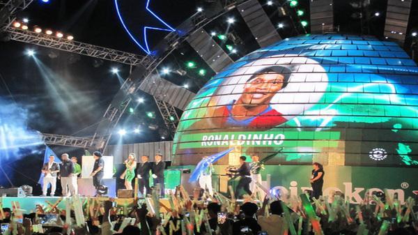 Đà Nẵng cuồng nhiệt đón 2 danh thủ Ronaldinho và Seedorf