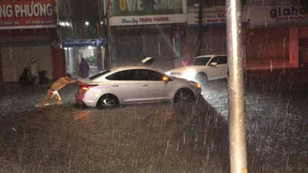 Giữa trận mưa lớn ở Đà Nẵng, hành động của chiến sỹ CSGT được người dân quay lại, gây xôn xao