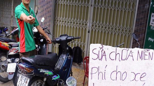 Anh thợ Đà Nẵng tốt bụng cùng tấm biển 'Sửa chữa miễn phí cho xe bị ngập nước' khiến bao người ấm lòng sau đợt lụt lịch sử
