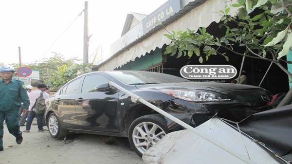 Tai nạn Đà Nẵng: Hãi hùng ô tô mất lái, húc đổ quán cafe rồi đè bẹp xe máy khiến dân cư hoảng loạn bỏ chạy