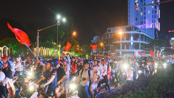 CSGT Đà Nẵng chốt chặn 'quái xế' sau trận Việt Nam - Malaysia