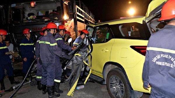 Đà Nẵng: Taxi va chạm kinh hoàng với xe tải, tài xế mắc kẹt trong cabin