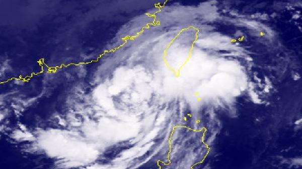 Áp thấp nhiệt đới mạnh thành bão số 8 trên Biển Đông