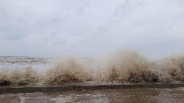 TRỰC TIẾP: Những hình ảnh đầu tiên khi bão số 10 đổ bộ vào miền Trung