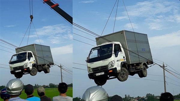 Hình ảnh xe tải biển số Đà Nẵng đi trên dây điện một cách không tưởng khiến mạng xã hội xôn xao