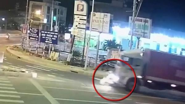 """Clip: Va chạm với xe tải, nữ sinh Đà Nẵng bị cán tử vong ở """"ngã ba tử thần"""""""