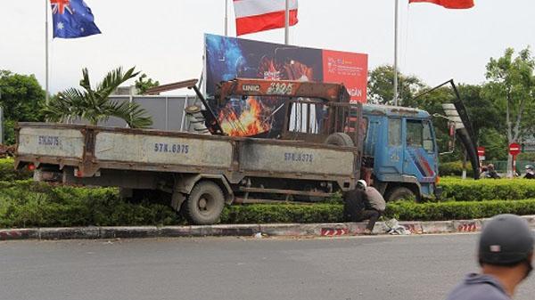 Đà Nẵng: Xe mất thắng, tài xế phóng thẳng lên bùng binh tránh nạn