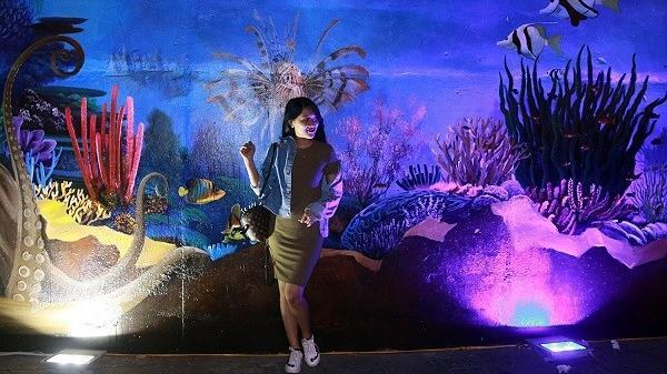 """Những bức tranh 3D phát sáng dưới gầm cầu Rồng bỗng chốc trở thành nơi """"sống ảo"""" của nhiều người Đà Nẵng"""