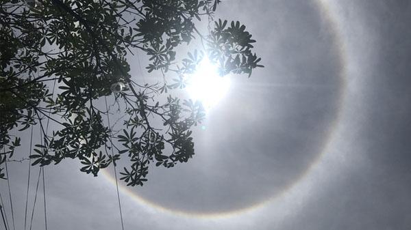 Xuất hiện quầng sáng kỳ lạ quanh Mặt trời tại nhiều nơi trong dịp Lễ Phật Đản