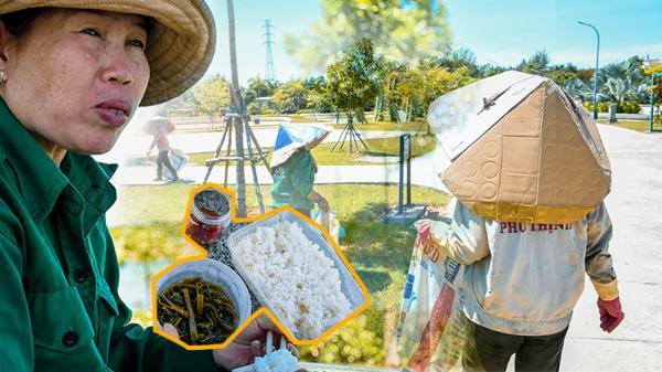 Bữa trưa với rau muống chấm mắm chan mồ hôi của công nhân môi trường dưới cái nắng 45 độ C