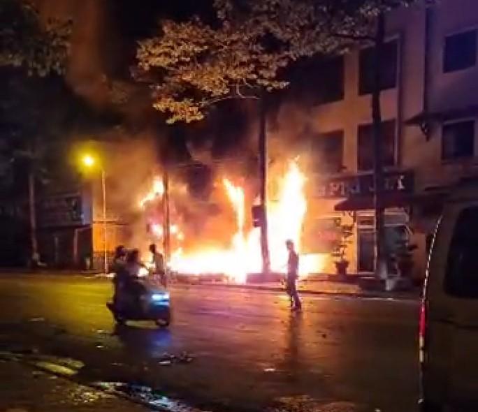 Nhà xe Tâm Hạnh tại Bình Thuận cháy rụi lúc nửa đêm