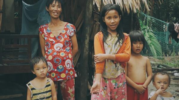 Bị chỉ trích do đẻ quá nhiều con, người mẹ khờ xúc động vì nhận được giúp đỡ, hứa triệt sản sau khi sinh bé thứ 6