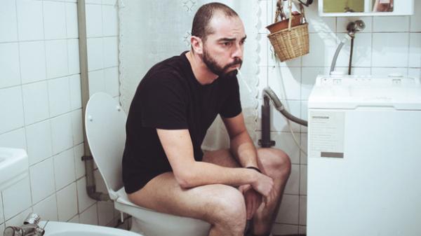 Đàn ông dành 7 tiếng mỗi năm trốn trong nhà vệ sinh để... tìm sự bình yên trong tâm hồn
