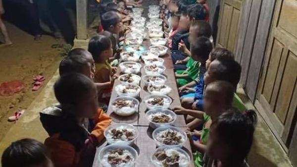 Bữa ăn liên hoan kết thúc năm học của các em học sinh vùng cao