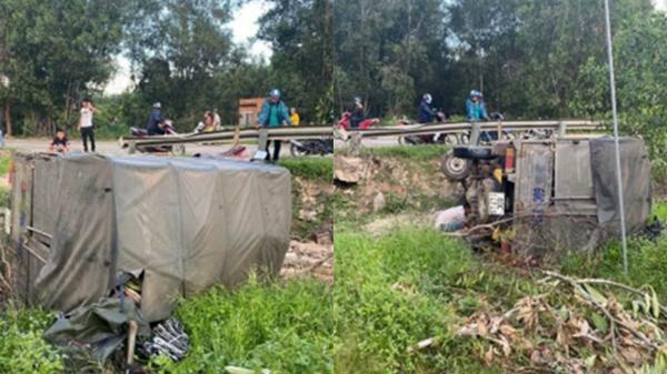 Bình Thuận: Xe tải chở quần áo bị lật trên QL55