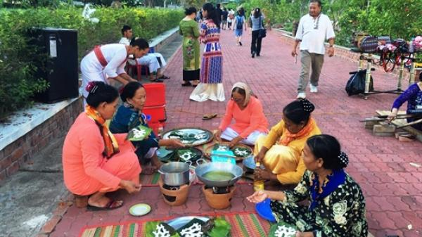 Xung quanh tổ chức tiệc tối trong Đêm hội tháp cổ ở Ninh Thuận: Cách xa khu vực tháp cổ hơn 1 km