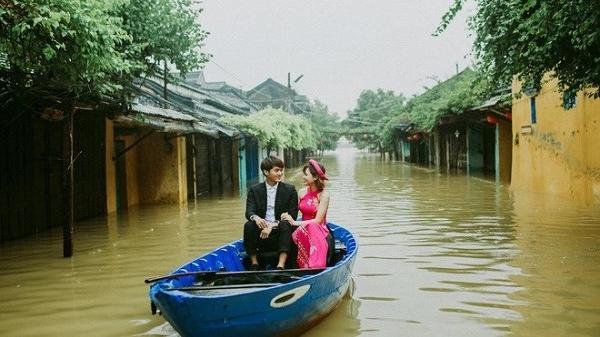 Bão số 12: Hội An ngập nước và bộ ảnh cưới để đời